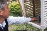 会員自作の百葉箱と温度計