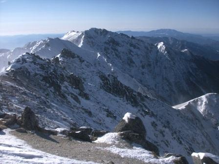 南駒に向かう稜線と恵那山を遠く望む