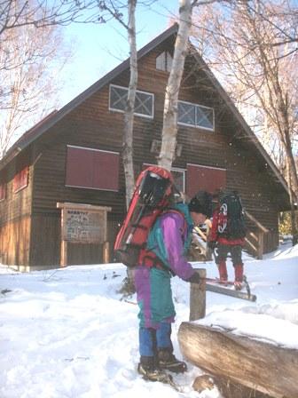2日目のお宿 池山避難小屋 取水口の氷を掻く河合