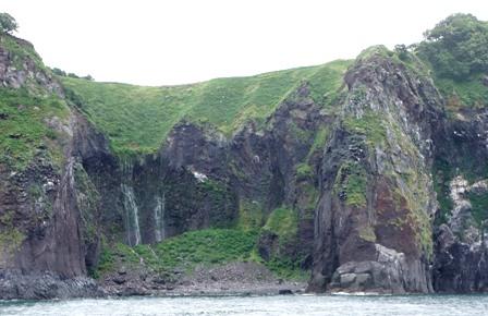 岩壁から落ちる滝