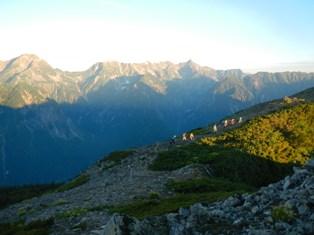 朝の稜線を行く