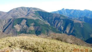西面からの雨乞岳と鎌ヶ岳