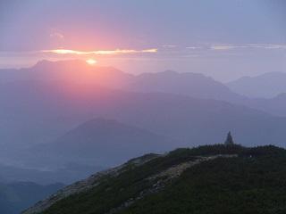 八方尾根の丸山ケルンと日の出
