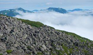 石狩岳(左)と音更山