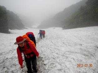 大沢の雪渓を登る