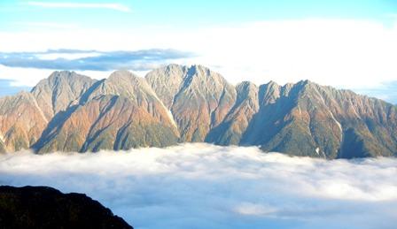 雲海に浮かぶ紅葉の穂高連峰