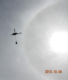 荷揚げのヘリと日暈