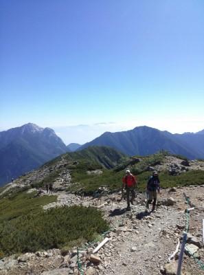 ときおり谷から涼しい風が吹く、快適な稜線歩きでした。