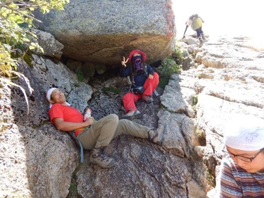 岩陰のひんやりオアシス。ほんとに暑かった…。 右下の人影はお気になさらないでください。