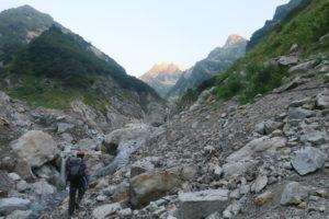 源次郎尾根までのアプローチ。雪渓がなくガレ場と化す