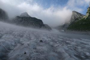 雪渓から靄が