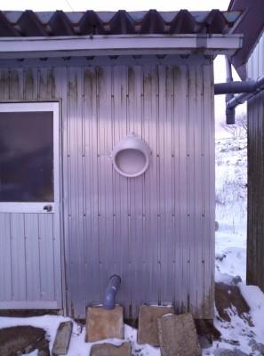 以前はトイレだった建物。謎の白いオブジェの正体は…。